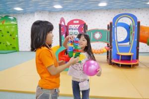 カミール2階の「わんぱく広場」で遊ぶ子どもたち