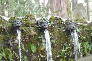 六本滝は隆の口から流れ出る