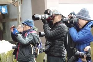 一斉にカメラを構える人々