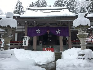 雪景色の大岩山日石寺
