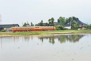 舟橋村の無量寺そばを走る富山地方鉄道(撮影:内山修さん)