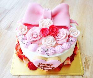マジパン細工のリボンの誕生日ケーキ