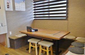 鉄板にはふたのあるベンチシートのテーブル席