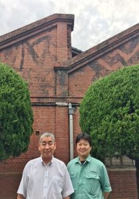 代表取締役社長 秋草俊二さん(左)、富山工場長 井藤久就さん