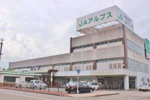 上市駅の構内にあるJAアルプス本店