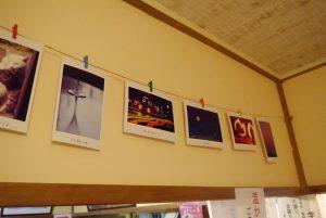 壁に飾られた「カメ活」メンバーの写真