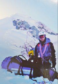 重装備で冬の早月尾根を登る若木さん