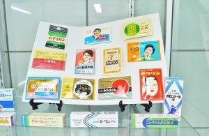 以前販売していた配置薬などが会社の玄関に展示されている