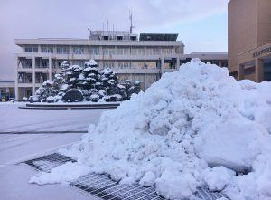 上市町役場前の雪山