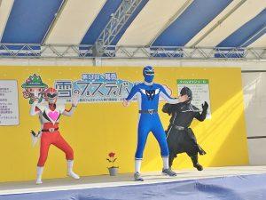 ウエルネスマン(中央)の登場で踊りだすエネルギーマンとブラック大王