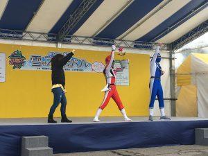 ブラック大王を倒し、ポーズを決めるエネルギーマン(中央)とウエルネスマン(右)、お姉さん