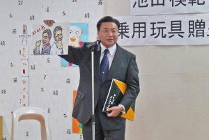 「いいねカード」の拡大版を見せる安田部長