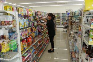 通常より高い位置まで商品が並ぶ店内