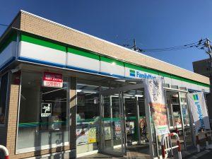 お店は「役場前」交差点の角にある