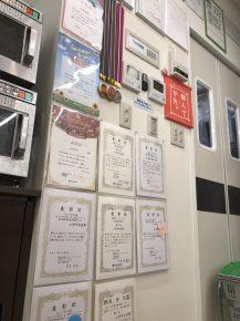店内に飾られた様々な表賞状