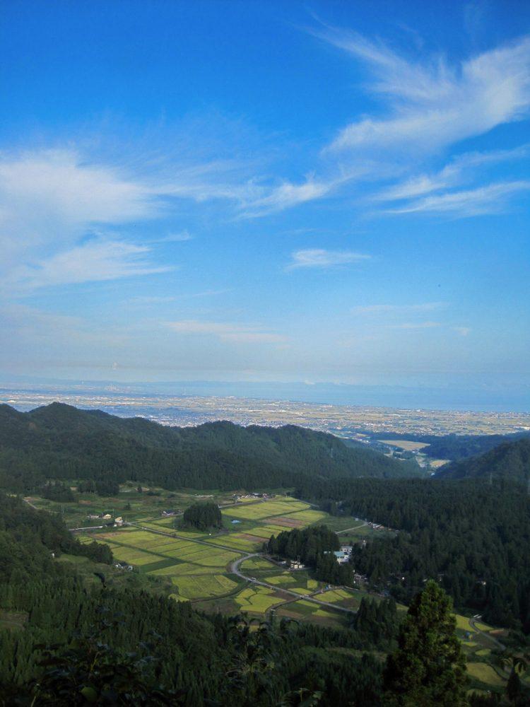 三角山の頂上から見た種集落(写真は広川さんからのご提供)