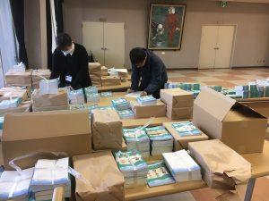 区長配布のための梱包作業