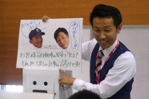 手作りの紙芝居で興味を引く松井社長