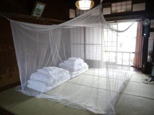 夏は情緒たっぷりの蚊帳の中で就寝