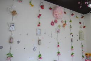 壁の花の大きさで奥行きを工夫