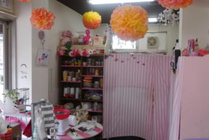 ピンクと白が基調の店内