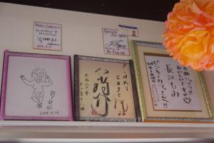 壁に飾られたサイン