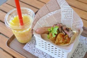 ピタパンサンド(右)とナタデココ入りオレンジジュース