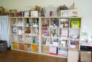 本や販売物が並ぶ棚
