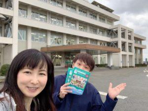 上市町役場前でヤマシナ印刷の横山さんと