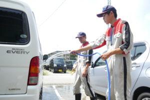 整備工場で洗車を体験する生徒