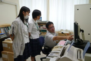 防災行政無線室でJ-ALERT(ジェイアラート)の説明