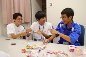 栄養補助職の試食。普段食べている食事との食感の違いに驚く生徒たち
