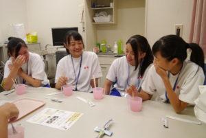 誤嚥を予防するためのとろみ付け体験。お茶や薬の引用にも用いられる