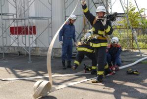 「火」の的に当てる放水訓練の様子